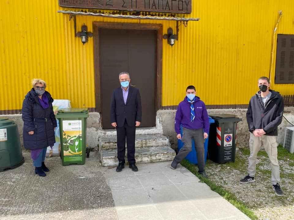 Πρόσκοποι του 2ου Συστήματος Παπάγου παραλαμβάνουν τον καδο ανακύκλωσης.